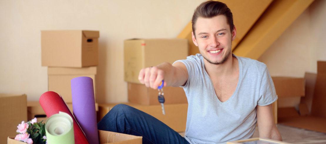 Jeune homme emménage dans son logement